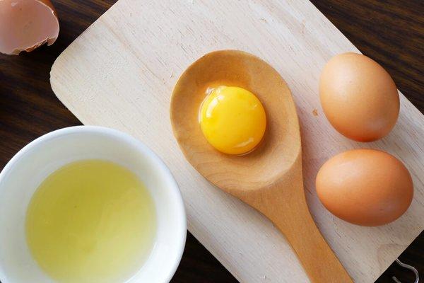 Dùng lòng trắng trứng gà trị mắt sưng húp
