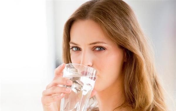 uống nhiều nước giúp mắt giảm sưng